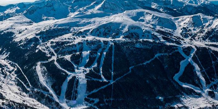 Vista área de las pistas de la copa del mundo de esquí  alpino en Andorra